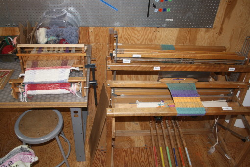 The tabletop loom and the floor loom in MAKESHOP
